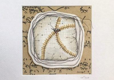Assemblage, weißer und schwarzer Reis, Nähgarn, Bleistift, Papier, alles auf bedrucktem Papier. Detailaufnahme.