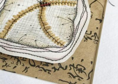 Assemblage, weißer und schwarzer Reis, Nähgarn, Bleistift, Papier, alles auf bedrucktem Papier.
