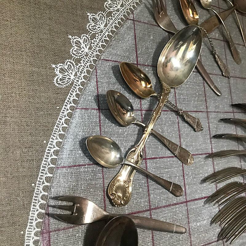 Silberbesteck, fünf Generationen, gemaltes Tischtuch, festgenäht auf Leinwand